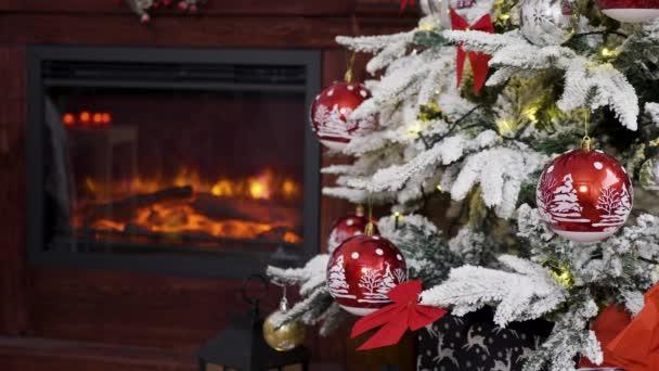 schöner Kamin und weihnachtlich geschmückter Baum