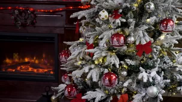 Uzavřete krb vedle vánočního stromu