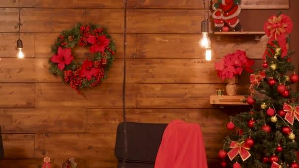 Červený vánoční sál s dekorační prvky