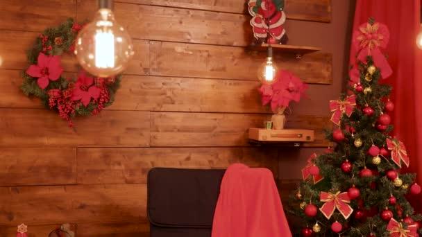 Různé dekorace v sváteční vánoční místnosti