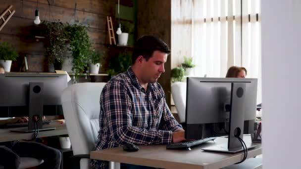 Team di persone creative che lavorano insieme in un ufficio aziendale