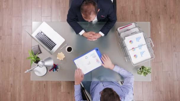 Pohled na podnikatele v obleku a s manažerem