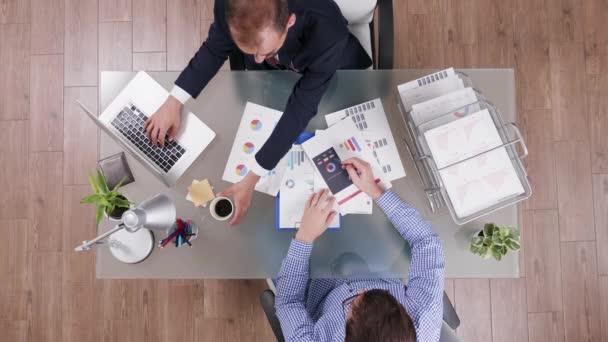 Pohled na podnikatele v obleku a pití kávy
