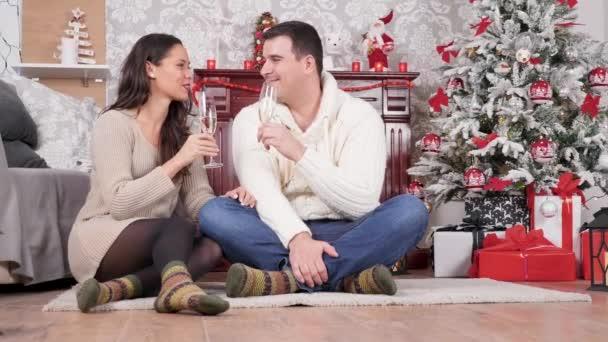 Kaukasisches Paar mit einem intimen Moment an Heiligabend