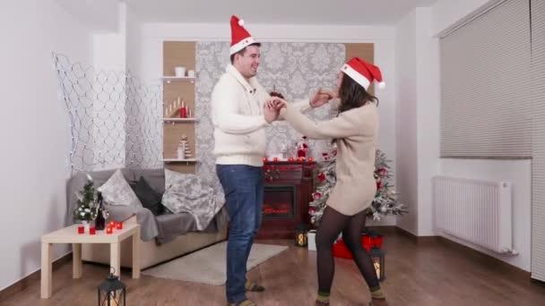 glückliches Tanzpaar genießt gemeinsam Heiligabend