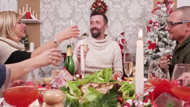 Große Familie versammelte sich zur Weihnachtsfeier
