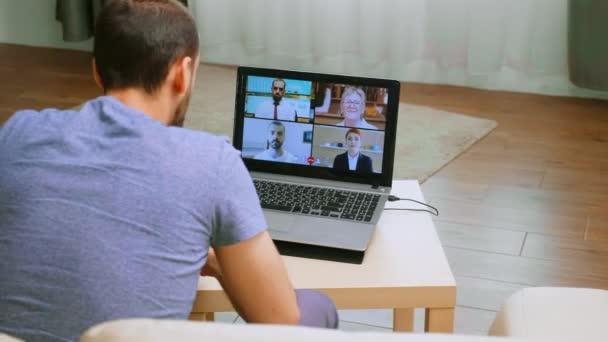 Pracovní kolegové na videokonferenci