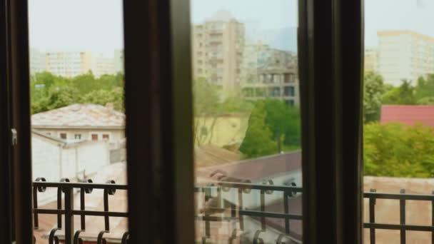Enthüllungsfoto von Mann, der sich auf Balkon entspannt