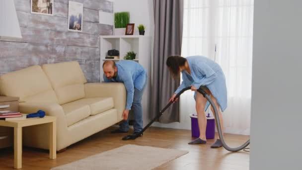 Muž vyzvednout pohovku pro čištění