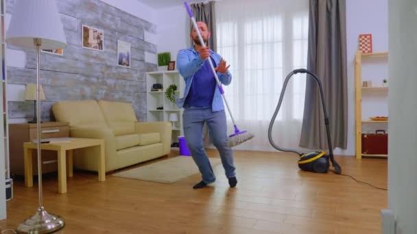 Vtipálek tancující s mopem