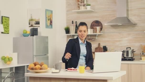 Obchodní žena během videohovoru