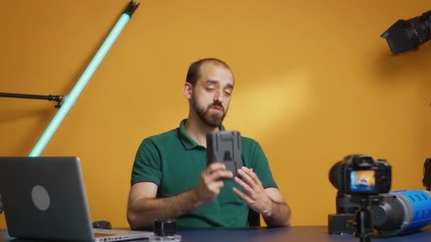 Zobrazení v připojování baterie k fotoaparátu