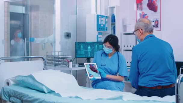 Cardiac patient getting explanation