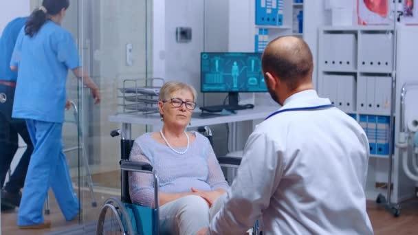 Ältere Frau im Rollstuhl beim Arzttermin