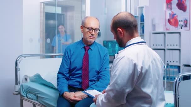 Senior-Mann berät sich mit Arzt