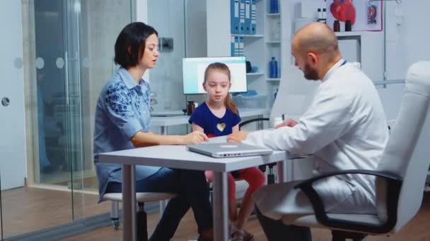 Kinderarzt schreibt Rezept