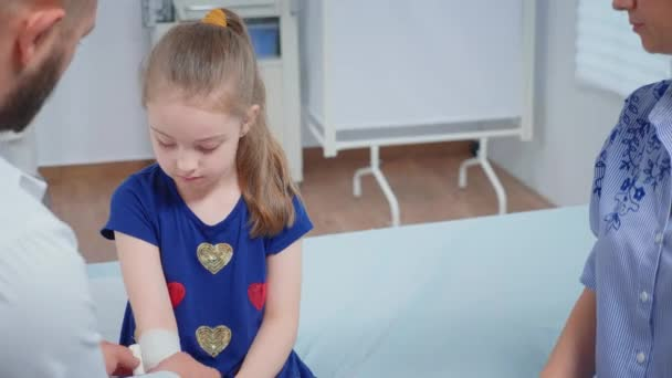 Arzt bandagiert Kinderhand