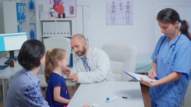 Facharzt überprüft die Entwicklung der Grippe