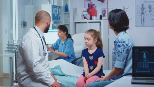 Mutter hört Arzt für neue Behandlung zu