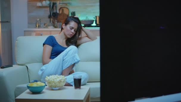 Egy nő elalszik a kanapén