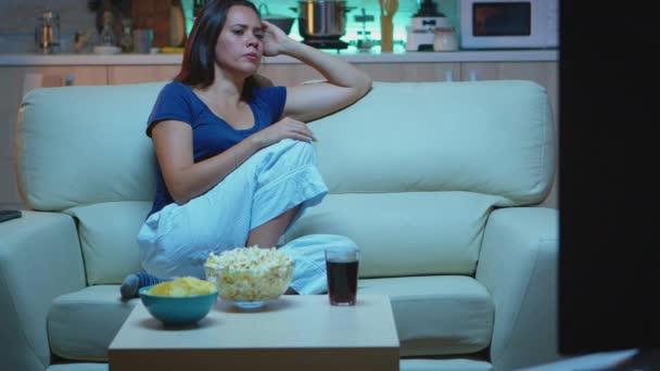 Fáradt háziasszony elalszik a TV előtt