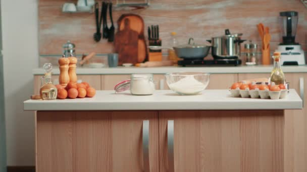 Složky na dort v prázdné kuchyni