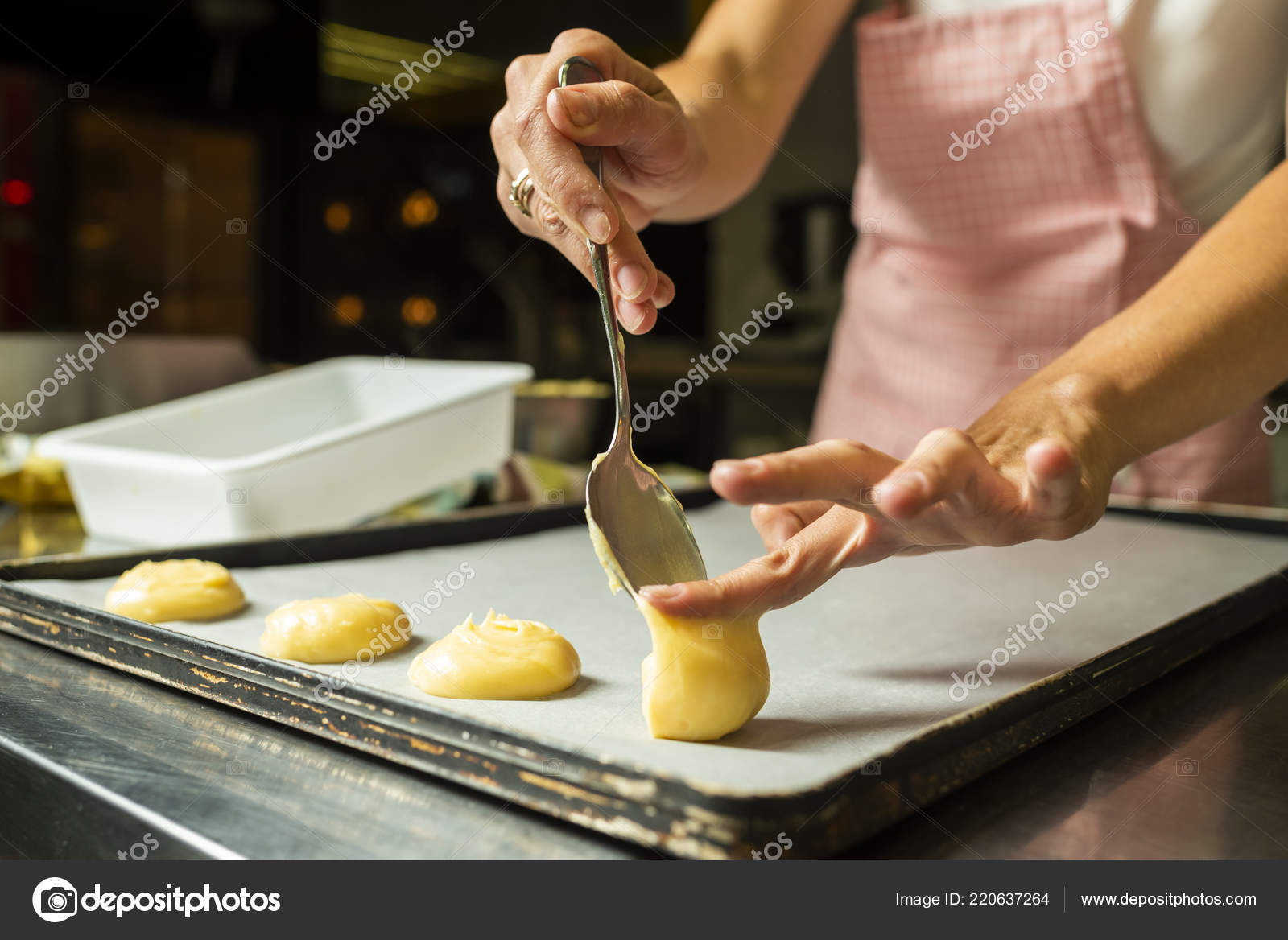 Setzen Ein Blatterteig Auf Einem Backblech Kuchen Stockfoto