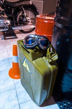 Varillerin yanında güneş gözlüğü olan bir kutu benzin.