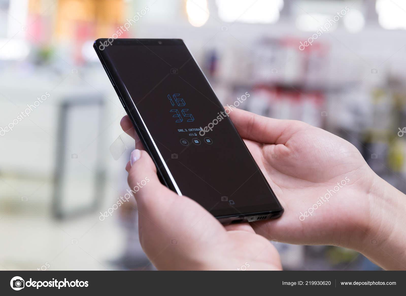 0ae3acada0 Belgrado, Sérvia - 3 de outubro de 2018: Novo Smartphone Samsung Galaxy  Note 9 é exibido com hora e data na tela. Telefone celular em mãos no fundo  isolado.