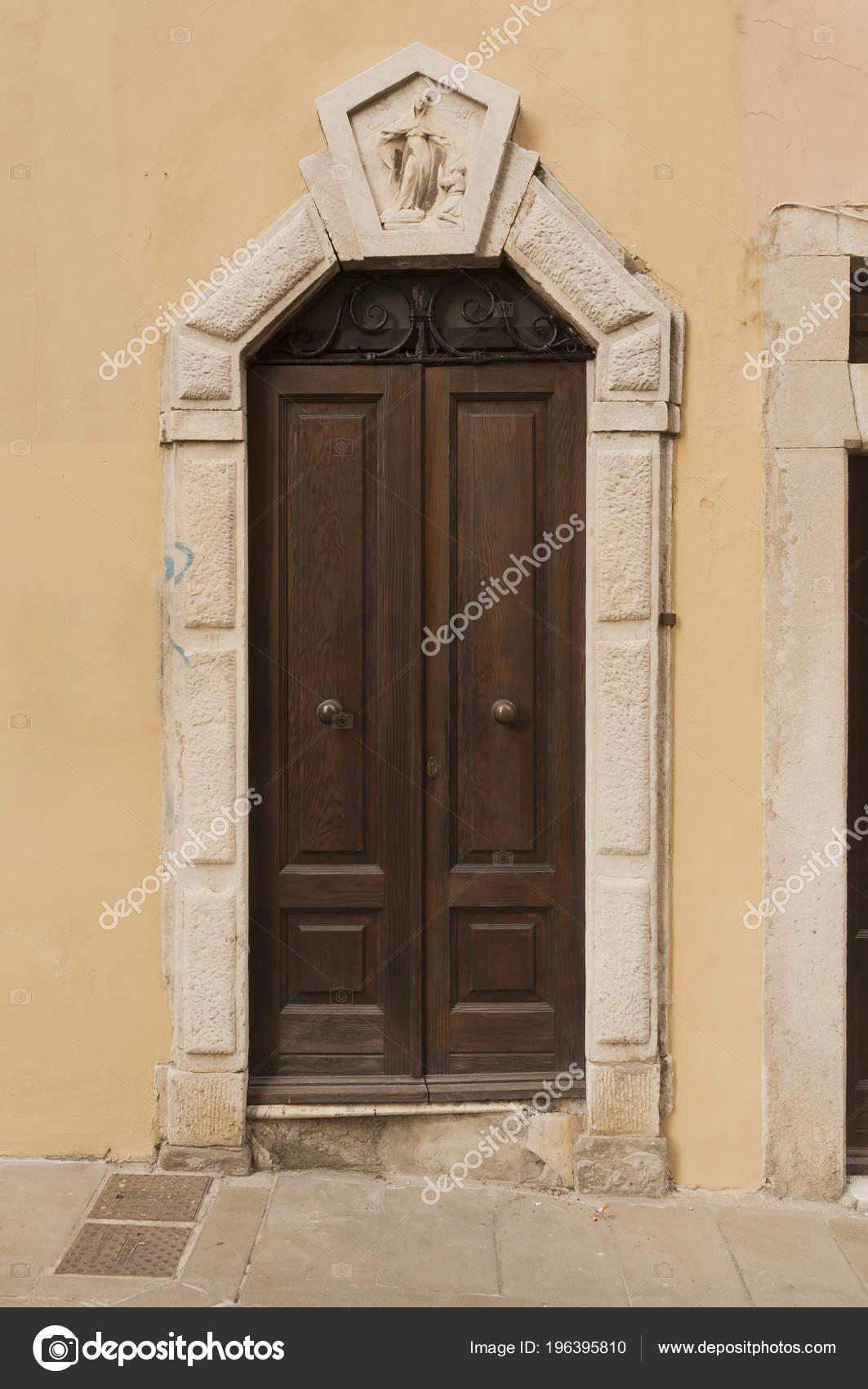 Old Wooden Italian Door Marble Decoration U2014 Stock Photo