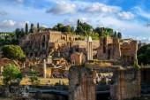 Krásné večerní pohled Palatin kopce a ruiny starověkého Říma