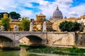 Krásný výhled z mostu přes řeku Tiberu a Vatikánu s bazilikou svatého Petra.