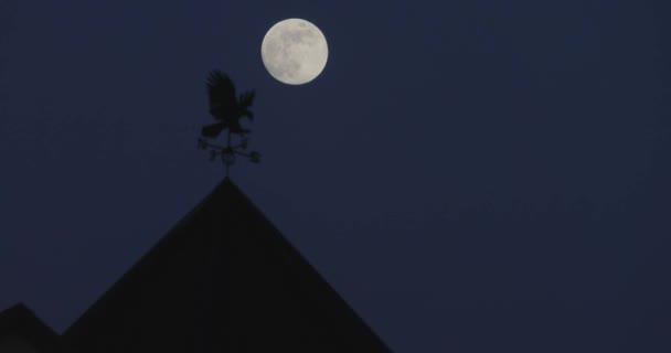 Mond am Nachthimmel über dem Dach des Gebäudes Zeitraffer-Video