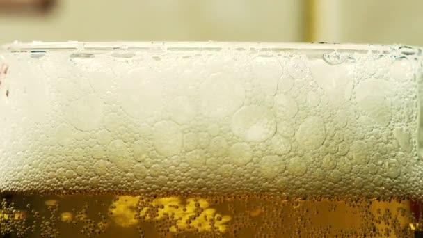 pěnové pivo ve skleněném mixu zblízka
