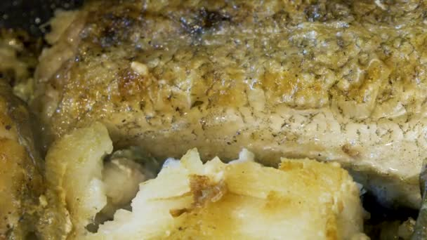 rybí grilování v pánvi zblízka