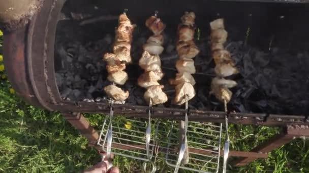 kuřecí maso na špíně vařené v dřevěném uhlí
