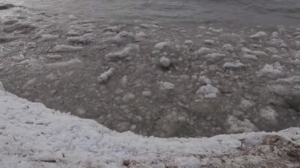 Eis mit Schnee schwimmt auf den Meereswellen