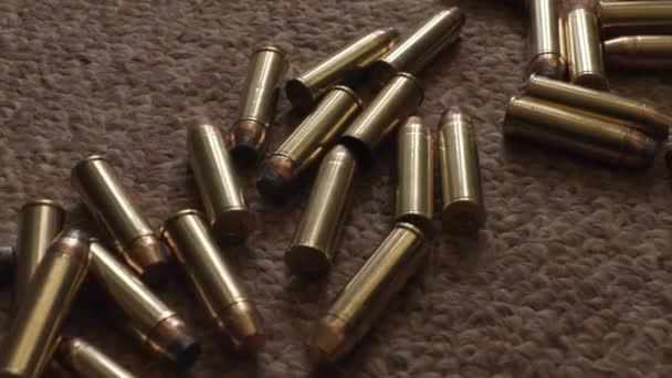 Gewehrmunition aus nächster Nähe auf dem Teppich