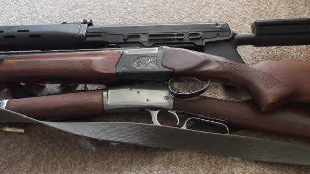 fegyverek és lőszerek közelről a szőnyegre. Zökkenőmentes kameraáramlás