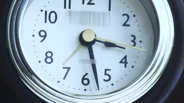 ve videu s hodinářským hodinami běží šipky