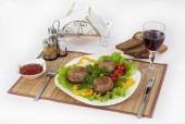 Hús-marha, kerek rhizol. Kerek hús szelet zöld paradicsom és egy pohár vörös bort. Hasznos és finom reggeli. Tálaljuk a mártással és a fekete kenyeret enni.