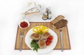 A Zöldek, paradicsom és uborka szelet. Fekete vagy fehér kenyérrel és egy pohár vörös bort szolgálnak. Tökéletes kiegészítése az egy forró mártással, és a mustárt. Ez az étel a vacsora ad erőt és vidámság.