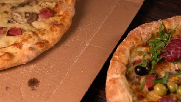 Přiblížit na dvě lahodné grilované pizzy
