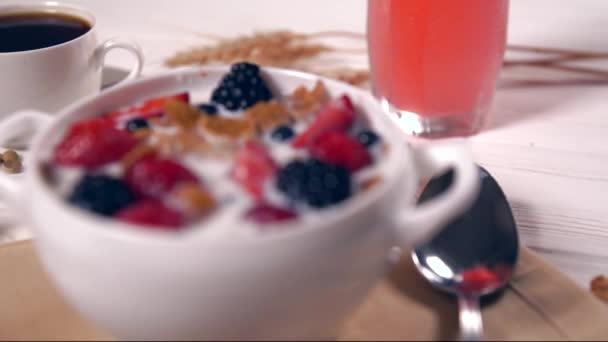 Detailní záběr na misce vedle sklenice šťávy a lžíce