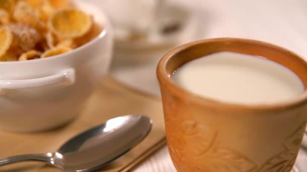 Detailní záběr na šálek mléka dále do suché vločky