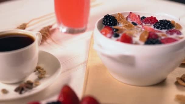 Detailní záběr na misku obilovin a mléka s ovocem