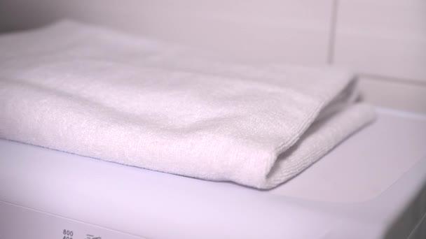 Összecsukható tiszta fehér mosott törülköző nő