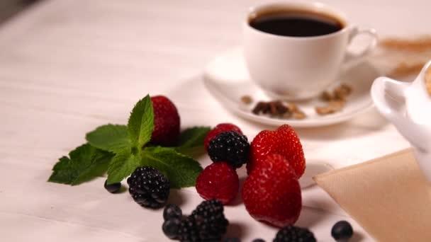 Videoklip z bylinné šálek čaje s přísadami