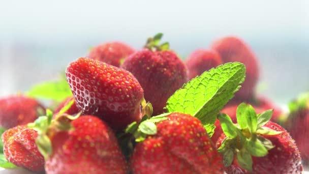 Hromadu zralé červené šťavnaté jahody
