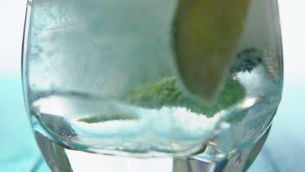 Šumivý bublinky ve sklenici vychlazené limonády